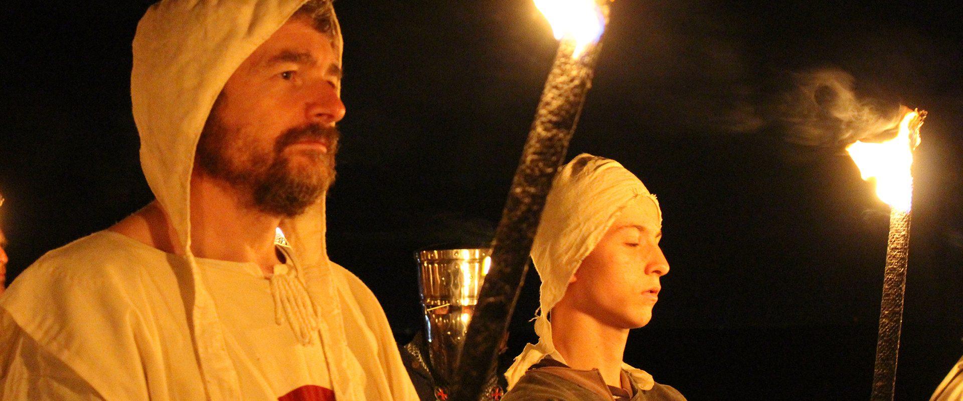 2 personnes habillés en templiers lors d'un évènement